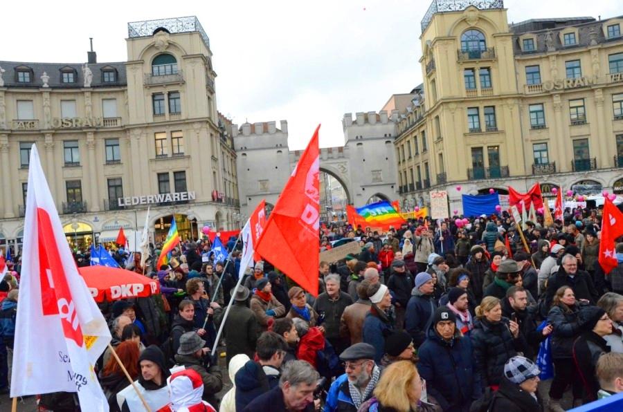 Tausende Menschen demonstrierten gegen die Kriegskonferenz